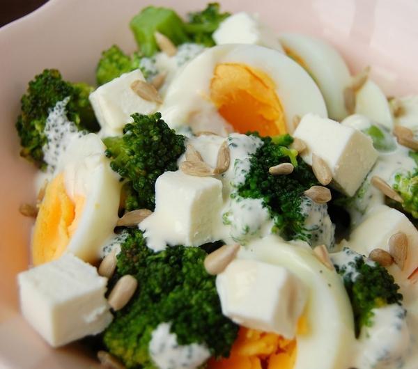 Cookit Przepis Na Salatka Z Brokulem I Jajkiem W Sosie Czosnkowym